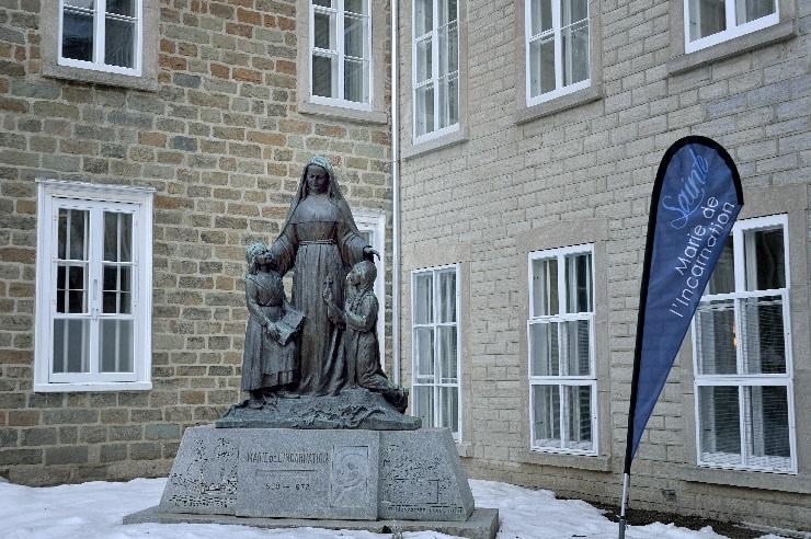 聖マリー・ド・レンカルナシオンと子どもたち(カナダ本部玄関前)